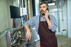 Bärtiger Techniker Using Mobile Phone stockfoto