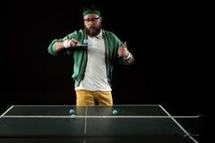 bärtiger Tennisspieler, der oben Daumen beim Üben im Tennis zeigt lizenzfreies stockfoto