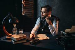 Bärtiger Verfasser in den Gläsern, die ein Rohr rauchen lizenzfreies stockbild