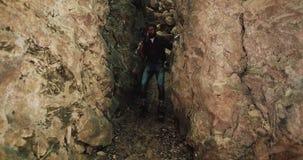 Bärtiger Wanderer mit einer Axt klettert Wanderungen heraus verlassen Schlitzschlucht Karpatenberge Naturforschung Tourismus, Ber stock footage