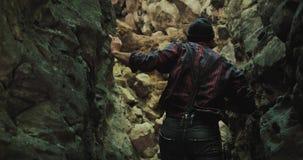 Bärtiger Wanderer mit einer Axt klettert Wanderungen heraus verlassen Schlitzschlucht Karpatenberge Naturforschung Tourismus, Ber stock video