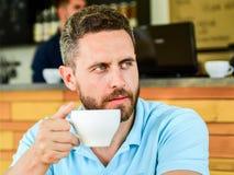 Bärtiges ernstes Gesicht des Mannes benötigt Energiegebühr Traditioneller Kaffeepause-Caféhintergrund Koffein macht Sie mehr stockbilder