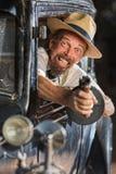 Bärtiges Gangster-Schießen vom Auto Stockfoto