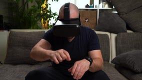 Bärtiges Mannspiel VR oder Glasspiel der virtuellen Realität stock video