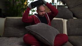 Bärtiges Mannspiel VR oder Glasspiel der virtuellen Realität und furchtsam erhalten stock video footage