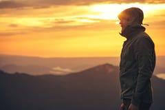 Bärtiges stehendes alleinim freien des Mann-Reisenden stockfoto