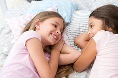 bäst forevervänner Flickor som kopplar av på säng Begrepp för slummerparti roliga flickor har bara att önska Invitera vännen för royaltyfria foton