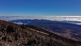 Bästa bred sikt av den Teide observatoriet över den enorma timelapsen för vågmoln, Tenerife, Spanien arkivfilmer