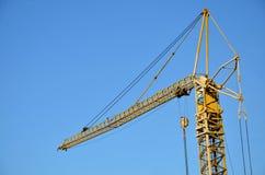 Bästa del av den gula tornkranen, blå himmel i bakgrund Fotografering för Bildbyråer