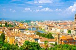 Bästa flyg- panoramautsikt av den Florence staden med den Ponte Vecchio bron över den Arno floden royaltyfri bild