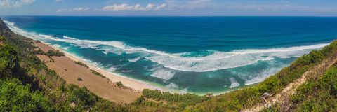 Bästa flyg- sikt av den skönhetBali stranden Den tomma paradisstranden, det blåa havet vinkar i den Bali ön, Indonesien Suluban o arkivbilder