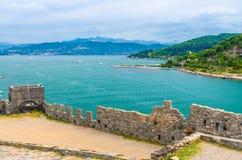 Bästa flyg- sikt av golfen av Spezia turkosvatten, Portovenere slott royaltyfri fotografi