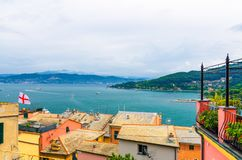 Bästa flyg- sikt av golfen av Spezia turkosvatten, tak av byggnader i Portovenere arkivbilder