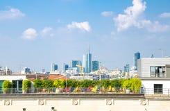 Bästa flyg- sikt av skyskrapor för Milan stadsmitt från taket, Italien arkivbild
