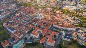 Bästa flyg- sikt till den gamla staden med marknadsfyrkanten av Kalisz, Polen royaltyfria bilder