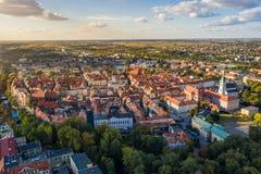 Bästa flyg- sikt till den gamla staden med marknadsfyrkanten av Kalisz, Polen royaltyfria foton