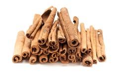 Bästa främre hög av rå organiska kanelbruna pinnar (Cinnamomumverumen) royaltyfri bild