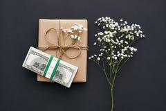 Bästa gåva för dina älskade Hemlagad gåvaask i kraft brunt papper med lösa blommor och pengar arkivfoton