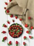Bästa geometri för jordgubbe PÅ EN VIT TRÄTABELL MED ett NÖTKÖTTSILKESPAPPER, BAKGRUNDSjärn, linnetorkduk, material, påse som väv Fotografering för Bildbyråer