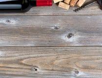 Bästa gräns av en flaska av rött vin med tappningkorkskruvet och oss Royaltyfria Bilder