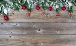 Bästa gräns av julobjekt och snö på lantliga träbräden Arkivfoto