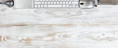 Bästa gräns av moderna teknologiapparater på vita träbräden Royaltyfria Bilder