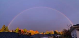 Bästa regnbåge för tak på solnedgångtid Arkivfoto