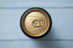 Bästa sikt av aluminiumburken med en drink arkivbild