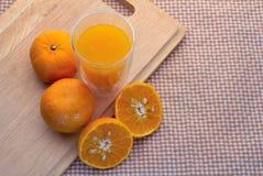 Bästa sikt av apelsinsnittuppsättningen och exponeringsglas av orange fruktsaft Royaltyfria Foton