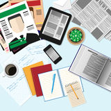 Bästa sikt av arbetsplatsen med datorapparater, tidskrifter, newspape Stock Illustrationer