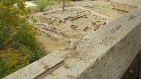 Bästa sikt av arkeologiutgrävningplatsen, rest av stenbyggnadsfundamentet lager videofilmer