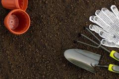 Bästa sikt av att arbeta i trädgården hjälpmedel, blomkrukor och textilhandskar på b Fotografering för Bildbyråer