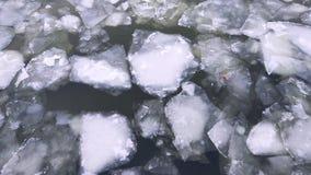 Bästa sikt av att driva isisflak och ispartiklar flöde av vatten med is arkivfilmer