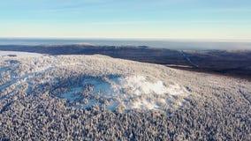 Bästa sikt av bergstoppet som täckas med snö footage Vinterlandskap av bergområde med den täckte täta barrskogen arkivfoton