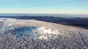 Bästa sikt av bergstoppet som täckas med snö footage Vinterlandskap av bergområde med den täckte täta barrskogen royaltyfri foto