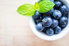 Bästa sikt av blåbär på en trätabell Royaltyfri Foto