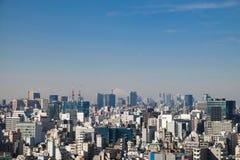 Bästa sikt av bostads- byggnader med faraway Mt Fuji på FEBRUARI 11, 2015 i Tokyo Arkivfoto