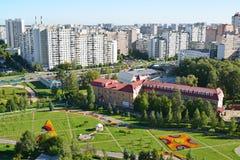 Bästa sikt av boulevard 16 i området Zelenograd i Moskva, Ryssland Royaltyfri Fotografi