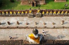 Bästa sikt av Buddhastatyn på den gamla templet Wat Yai Chai Mongkhon, A Royaltyfri Fotografi