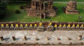 Bästa sikt av Buddhastatyn på den gamla templet Wat Yai Chai Mongkhon av Arkivbilder
