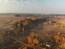 Bästa sikt av bygd i tidig dimmig morgon i Ryssland arkivbild