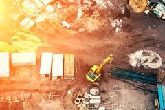 Bästa sikt av byggnadsfundamentet och konstruktionsplatsen med det ljusa filtret för solnedgång Arkivfoton