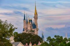 Bästa sikt av Cinderellas slott på härlig solnedgångbakgrund i magiskt kungarike på Walt Disney World 1 royaltyfria bilder