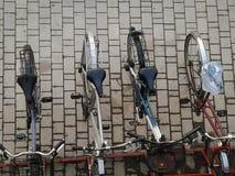 Bästa sikt av cyklar som parkerar i staden Arkivbild