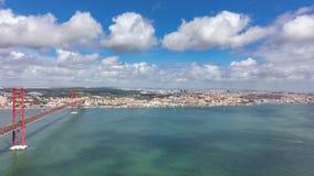 Bästa sikt av 25 de Abril Bridge och det Belem området i Lissabon timelapse stock video