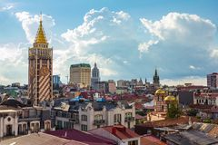 Bästa sikt av de huvudsakliga dragningarna av gamla Batumi som lokaliseras på den Black Sea kusten på en molnig sommardag KYRKAN  arkivfoton