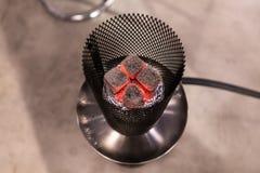 Bästa sikt av de varma kolen som pyrar på en keramisk bunke av vattenpipan royaltyfri fotografi