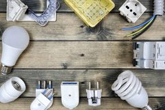 Bästa sikt av delar för bostads- elektrisk installation på forntida träbakgrund arkivbild