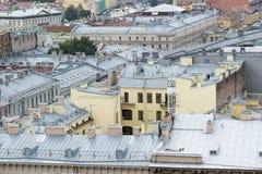 Bästa sikt av den återställda gamla delen av staden med moderna metalltak arkivfoto