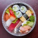 Bästa sikt av den aluminum asken för bento, den blandade nigirien och den blandade sushi Royaltyfri Foto